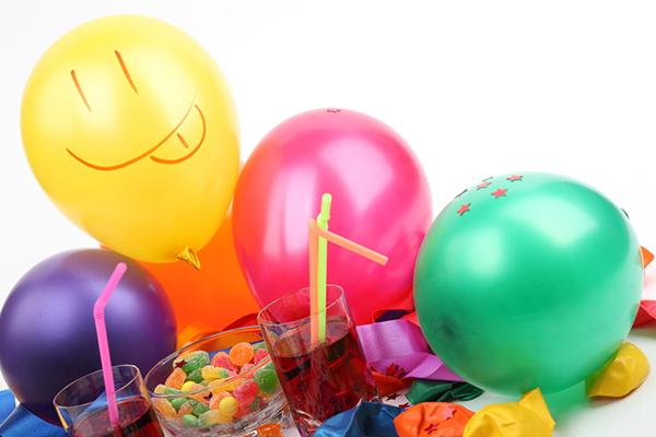 Los mayores desean celebrar su cumpleaños rodeados de sus seres queridos. ¿Necesitas ideas para organizar fiestas de cumpleaños para la tercera edad?